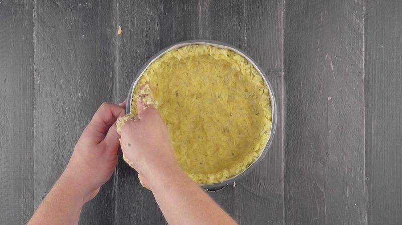 Выкладываем форму для выпечки картофелем – и в духовку. Просто слюнки текут!