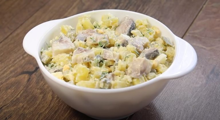 Вкуснейший салат по-деревенски с сельдью, который станет отличной заменой надоевшим оливье и шубе.