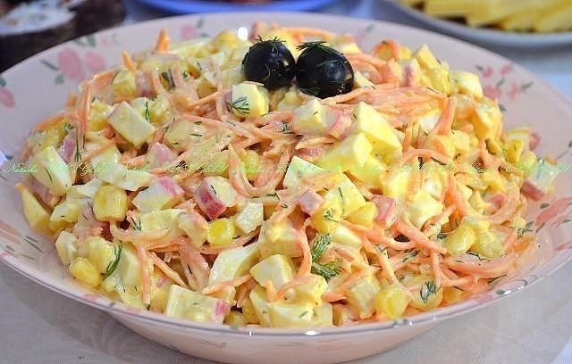 Прекрасный легкий салат «Валерия» подходит как для праздничного стола, так и для повседневного блюда.